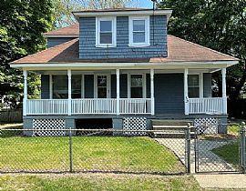 Peaceful Charming House. 52 Maplewood Ave, Warwick, RI 02889